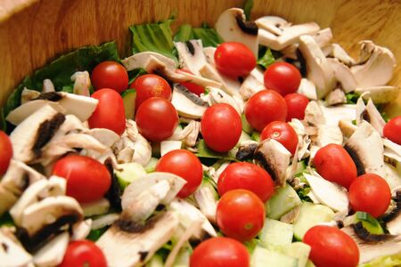 木製のボウルに野菜と非常に新鮮なサラダ。