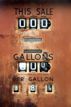Muy antigua bomba de gas muestran el precio de 38 centavos por gal�n. Foto de archivo - 1678004