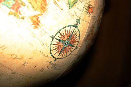 Ein verzierten Kompass Detail Illustration auf einer gro�en Spinnerei Globus.  Lizenzfreie Bilder