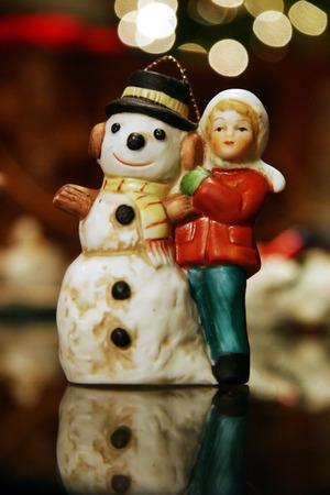 Weihnachtszierde mit ein kleines M�dchen und ein gl�ckliches Schneemann.  Lizenzfreie Bilder