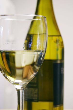 Glas Wei�wein mit der Flasche in den Hintergrund.