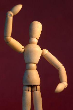 Posing Dummy in Position magneta gegen eine Wand.