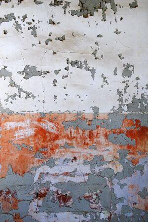 Alte Mauer abbl�tternde Farbe von verlassenen Geb�ude, wei� und rot und orange.