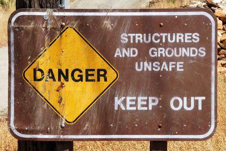 Anmelden Warnung Menschen, sich aus der unsicheren Geb�ude und Gel�nde. Lizenzfreie Bilder