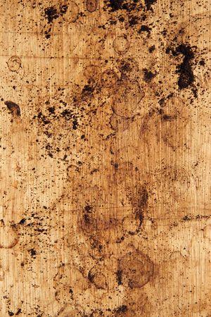 Kaffee Gr�nden und Flecken auf einem h�lzernen Arbeitsplatte.