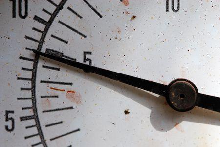 Nadel, die auf 5 auf eine alte wettergegerbte Monitor zeigen.