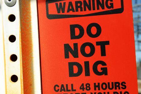 Rote Zeichen Warnung vor U-LWL-Kabel, also nicht graben  Lizenzfreie Bilder