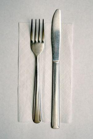 Billig Metal Knive und Gabel auf Papier Serviette, festgelegt sind, f�r die Verwendung