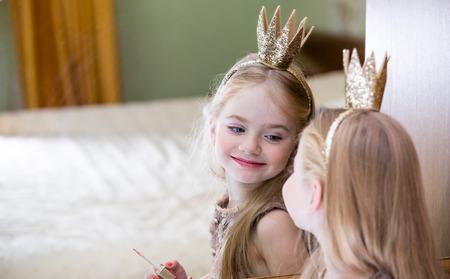 princesa: La pequeña princesa mira en el espejo