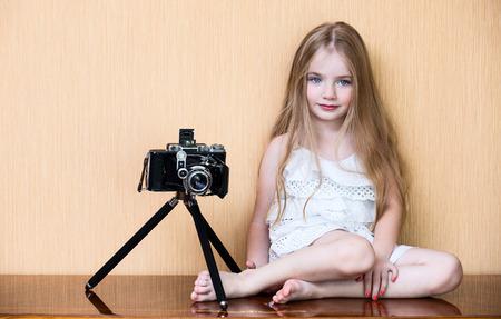 Niña con la cámara más antigua Foto de archivo