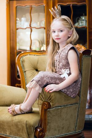 petite fille avec robe: Petite fille avec la couronne Banque d'images