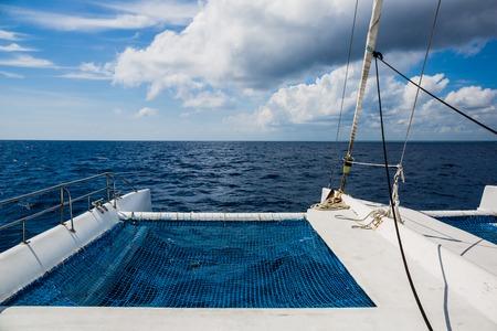 Segeljachtkatamaransegeln im Meer. Standard-Bild
