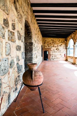 ollas de barro: Jarrón de barro medieval en la galería del castillo.