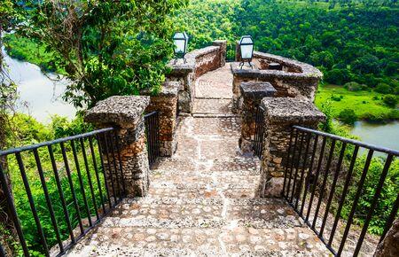 도미니카 공화국에서 Chavon 강 위에 중세 다리. 스톡 콘텐츠
