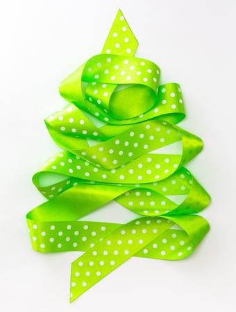 Weihnachtsbaum vom grünen Band lokalisiert auf einem weißen Hintergrund Standard-Bild - 90751951
