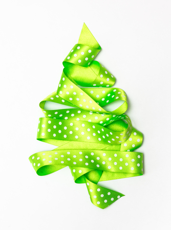 Weihnachtsbaum vom grünen Farbband getrennt auf einem weißen Hintergrund Standard-Bild - 90751952