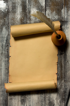 『 ペン トップを見ると木製の背景に古代のスクロール 写真素材 - 43191855