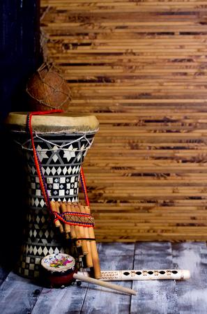 伝統: ドラムと背景の竹マットの 2 つのフルート