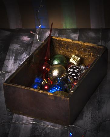 juguetes antiguos: Caja de madera vieja con viejos juguetes de a�o nuevo Foto de archivo