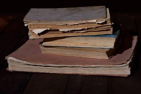 libros antiguos: unos jirones de edad, leyó libros sobre la mesa de madera