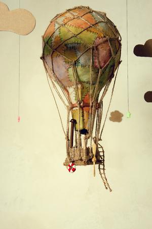 Seltsam Steampunk-Ballon, der zwischen den Wolken und zielt darauf ab, für die Sterne fliegt. Auf hellem Hintergrund