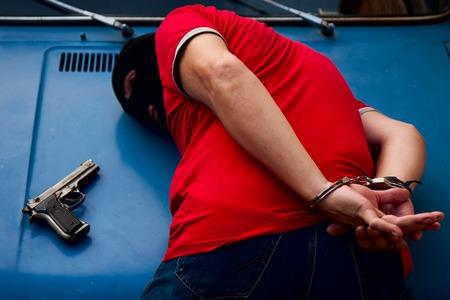 arresto e incatenamento in manette armato penale in maschera