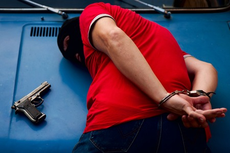 l'arrestation et l'enchaînement des menottes armée criminelle masque