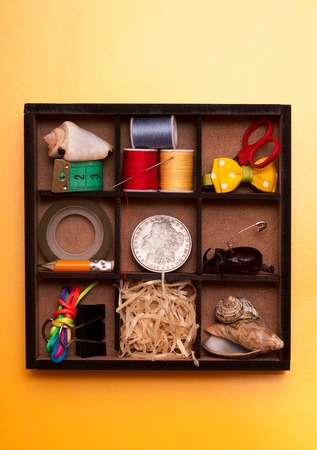 recolector de basura: Wooden varieties with collection of all sorts of different trinkets and baubles