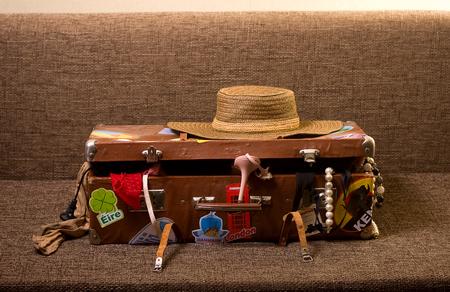 valise voyage: Frais fille à voyager. La vieille valise entassé tout ce désordre qui peut être utile pour le repos et les loisirs Banque d'images
