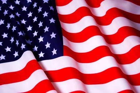 Mává americkou vlajku