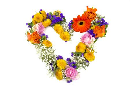 Blumendekoration aus Rosen, Statice, Schleierkraut, Chrysanthemen, und Ringelblumen als Herz photo