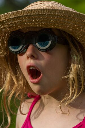 ni�o escuela: Portrait of a young blond girl with hat and sunglasses Foto de archivo