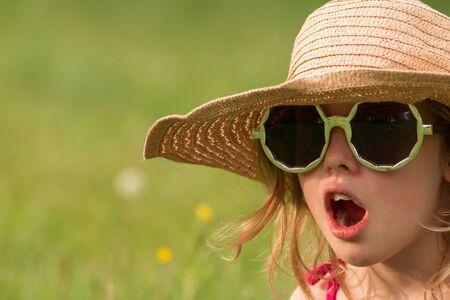 niños riendose: chica joven con gafas y sombrero