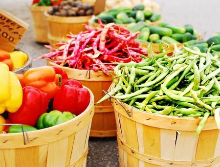 Afbeelding van verschillende manden vol met verse groenten Stockfoto