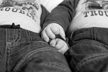 gemelas: Una imagen de dos hermanos gemelos cogidos de la mano