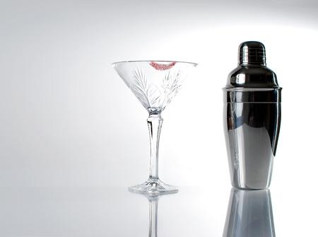 Bild von Martini-Glas mit Lippenstift und Mischer Standard-Bild - 12577062