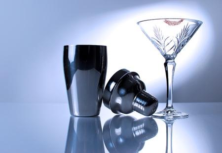 Bild von Martini-Glas und Mischer mit Reflexion Standard-Bild - 12577324
