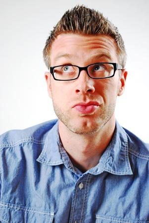 얼굴 표정: 얼굴 표정을 만드는 남자의 이미지