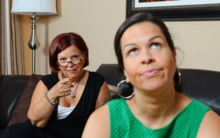 in trouble: Imagen de una madre que busca a su hija enojada