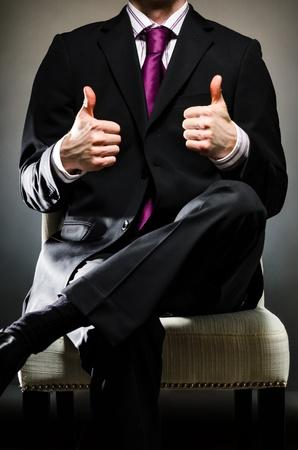 buena postura: Man Wearing Suit Pulgares para arriba Foto de archivo