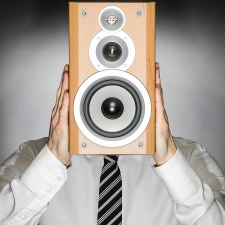 Man trägt eine Krawatte hält ein Sprecher vor seinem Gesicht Standard-Bild - 25106447