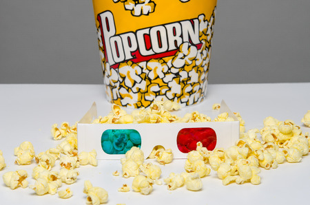 3d glasses and bucket of popcorn Imagens