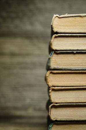 libros abiertos: Muchos libros antiguos en una pila