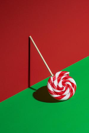 Lutscher auf rotem und grünem Hintergrund Standard-Bild - 91752724