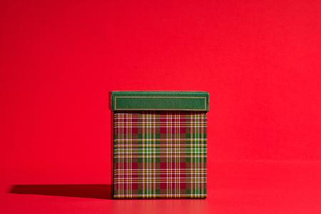 Gift box on red Standard-Bild