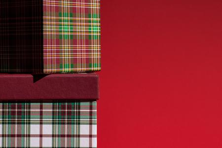 Zwei Geschenkboxen auf rot Standard-Bild - 91876832