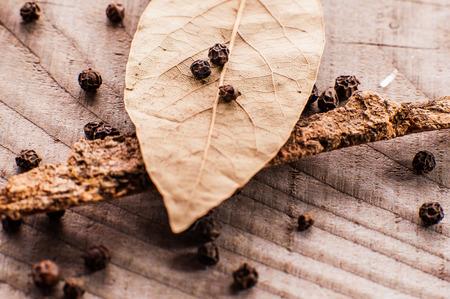 pimienta negra: bay leaf and black pepper