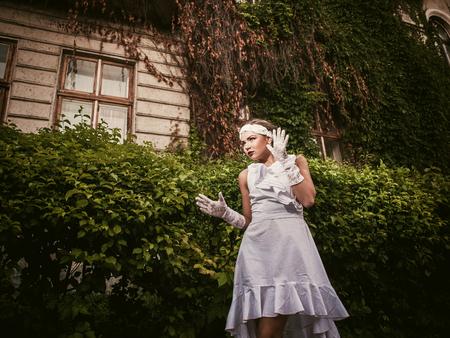 alzando la mano: Retrato de una ni�a, gestos, emociones, show manos Foto de archivo