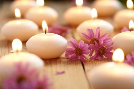 kerze: Kerzen und Blumen Lizenzfreie Bilder