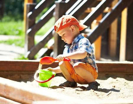 Dzieci na placu zabaw w parku latem